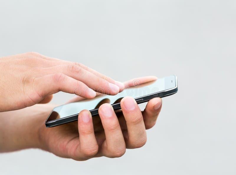 Hombre que usa su teléfono móvil al aire libre fotos de archivo