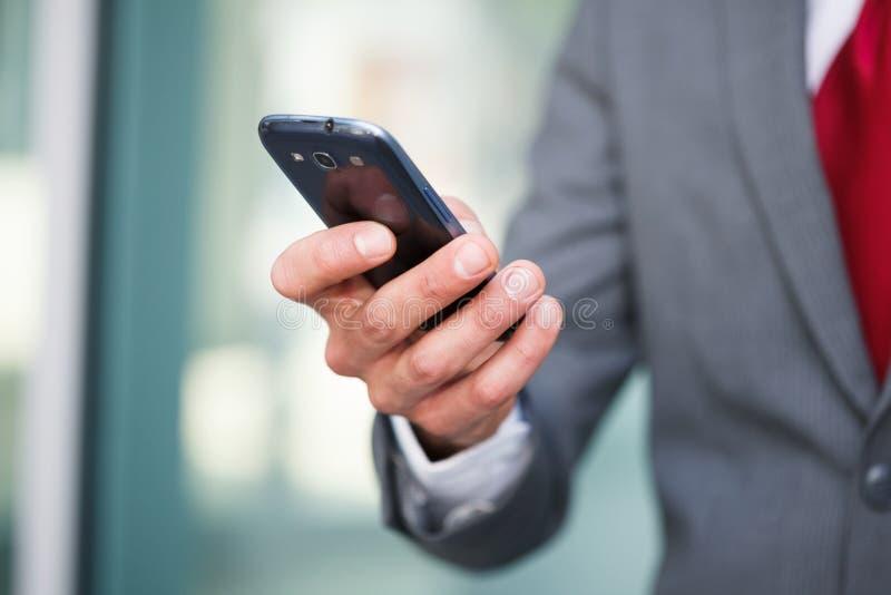 Hombre que usa un teléfono elegante fotos de archivo libres de regalías