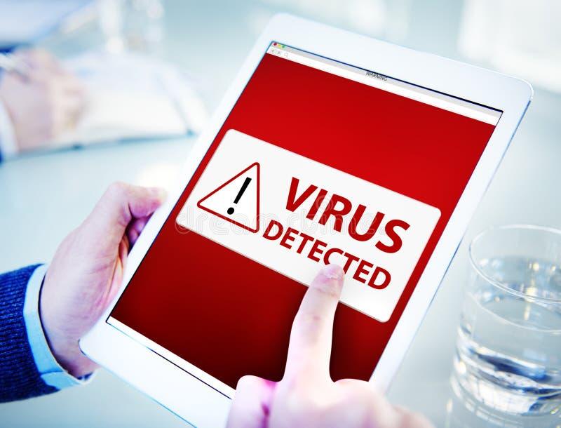 Hombre que usa una tableta de Digitaces con el virus imagenes de archivo