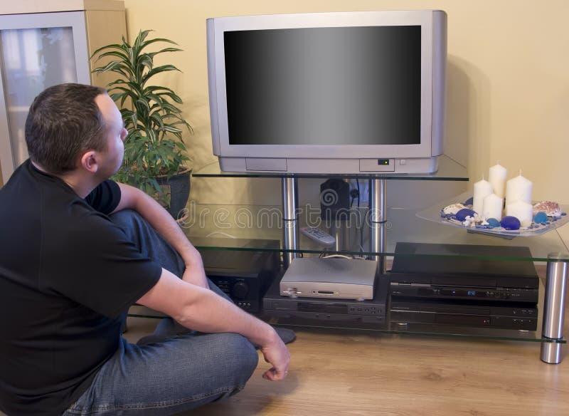 Hombre que ve la TV foto de archivo libre de regalías