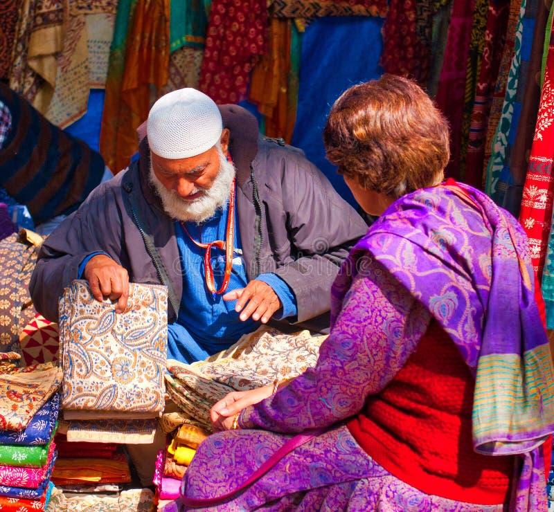 Hombre que vende los paños foto de archivo libre de regalías