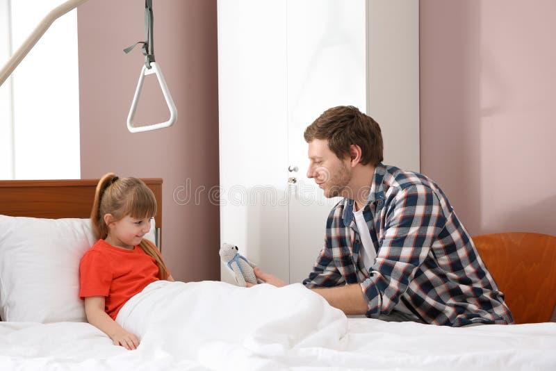Hombre que visita a su pequeño niño imágenes de archivo libres de regalías