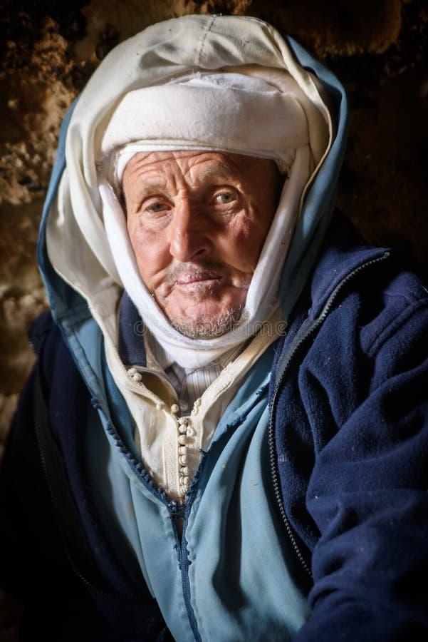 Hombre que vive en la cueva, valle del nómada, montañas de atlas, Marruecos del nómada imagenes de archivo