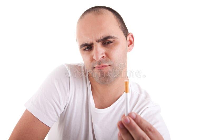 Hombre rasgado entre fumar y no fumar imágenes de archivo libres de regalías