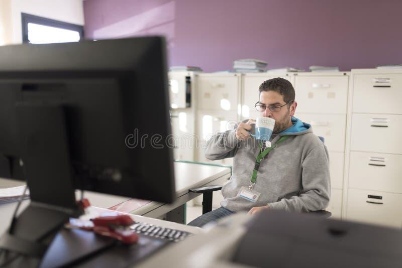 Hombre real que trabaja en la oficina con ropa causal fotografía de archivo libre de regalías