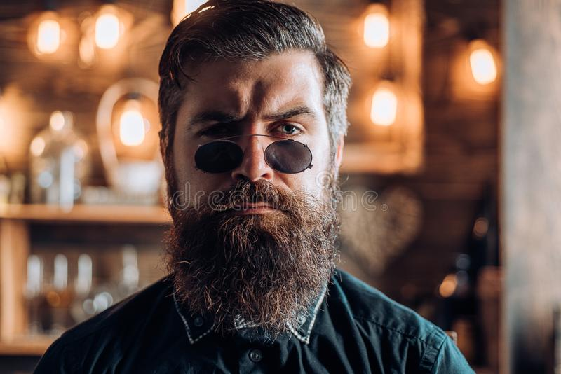 Hombre retro del inconformista Hombre barbudo elegante del vintage en glasess retros Retrato de la moda del hombre barbudo Mirada foto de archivo