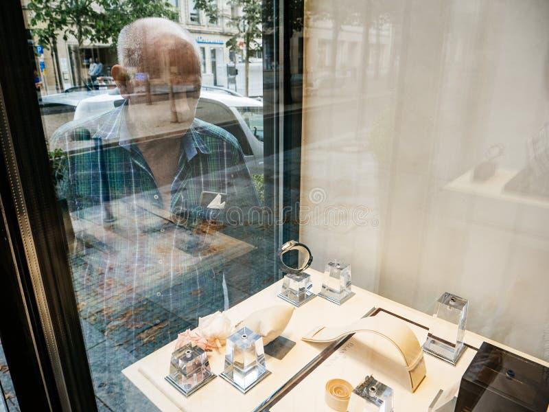 Hombre rico caucásico mayor que elige los relojes de lujo imagen de archivo