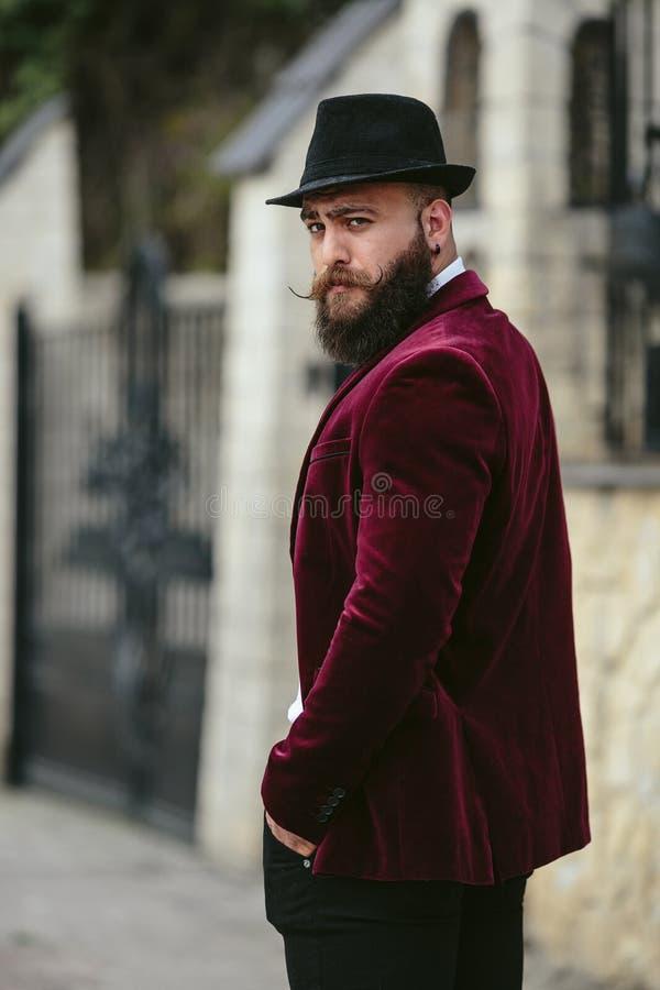Hombre rico con un paseo de la barba en la calle imagen de archivo libre de regalías