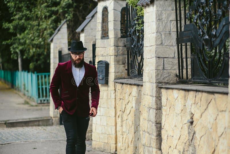 Hombre rico con un paseo de la barba en la calle fotografía de archivo libre de regalías