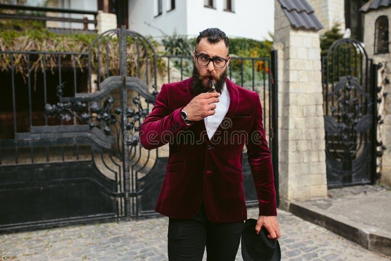 Hombre rico con una barba, pensando en negocio foto de archivo libre de regalías