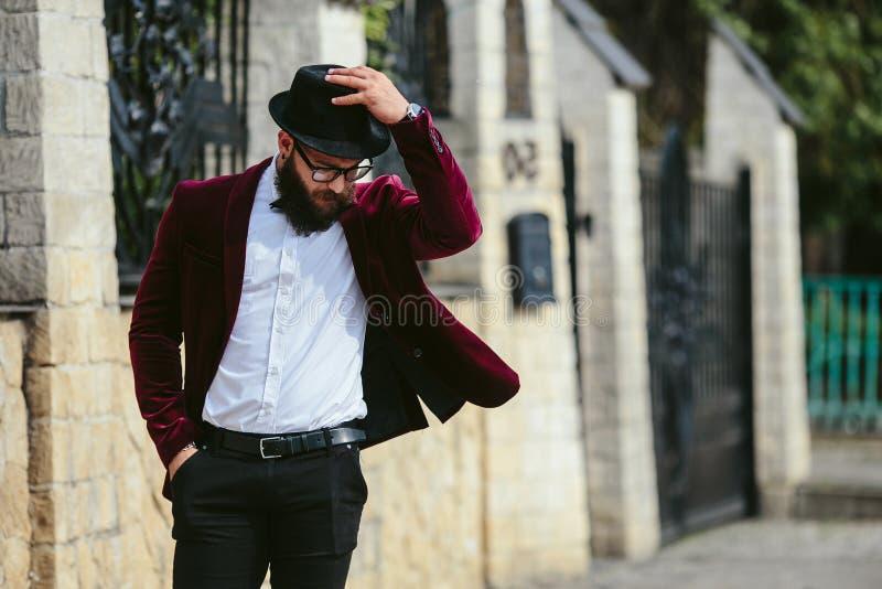 Hombre rico con una barba, pensando en negocio imagen de archivo libre de regalías