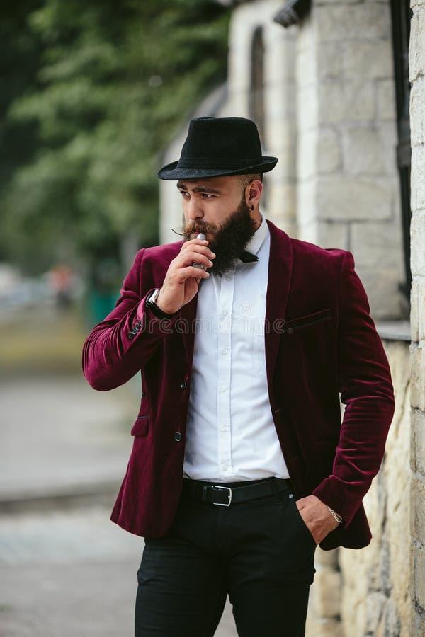 Hombre rico con una barba, pensando en negocio fotos de archivo