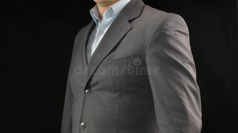 Hombre rico en el traje costoso que presenta en la cámara, estrategia empresarial acertada imagenes de archivo