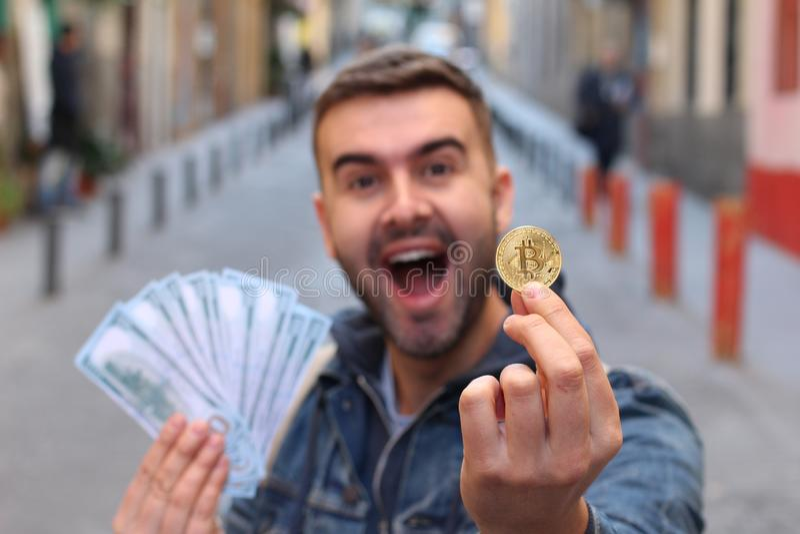 Hombre rico joven que lleva a cabo un bitcoin foto de archivo libre de regalías