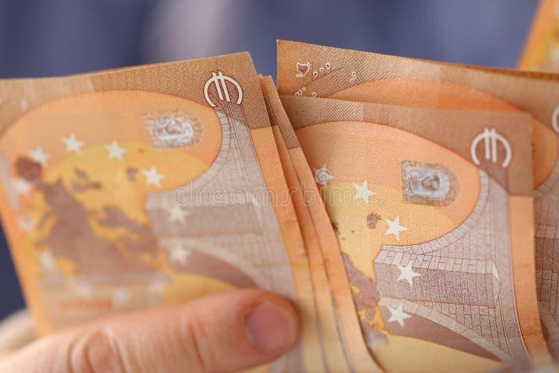 Hombre rico que cuenta concepto euro de las finanzas de los ahorros foto de archivo libre de regalías