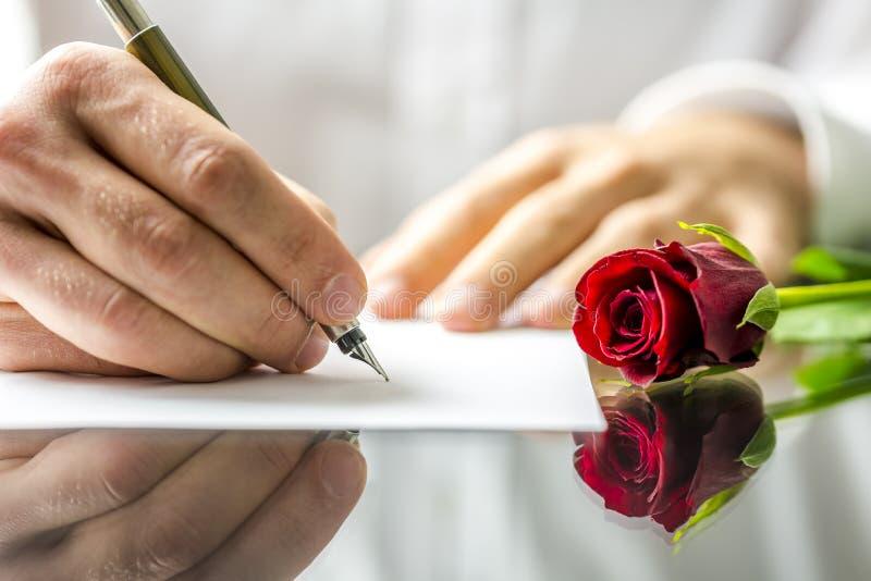 Hombre romántico que escribe una letra de amor imágenes de archivo libres de regalías