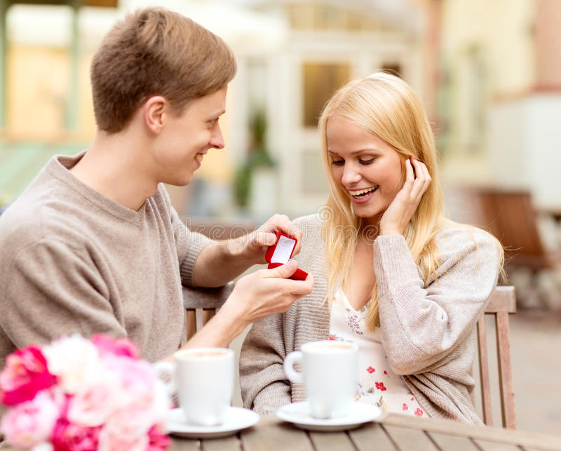 Hombre romántico que propone a la mujer hermosa fotos de archivo libres de regalías
