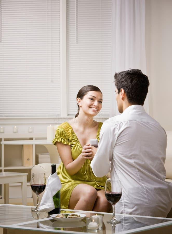 Hombre romantically que propone a la novia sorprendida foto de archivo