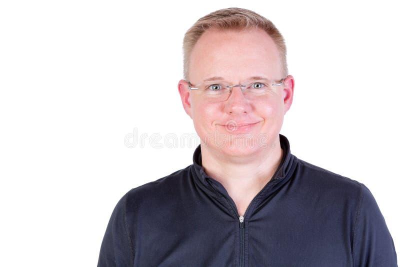 Hombre rubio atractivo con una sonrisa amistosa auténtica imagen de archivo