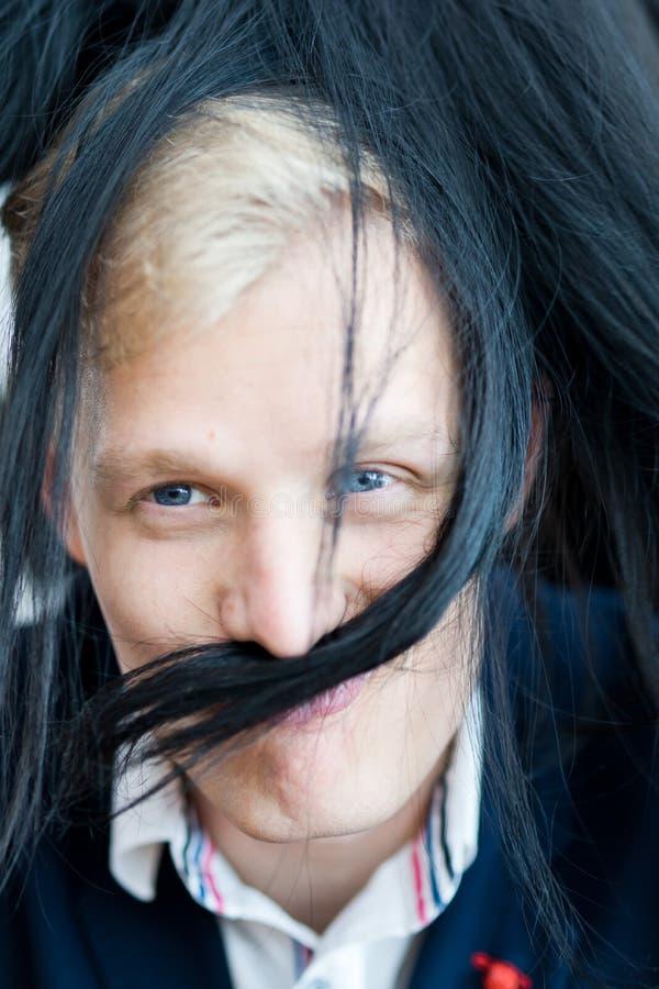 Hombre rubio en vestido formal - bigote y pelos falsos de los pelos de la novia imagen de archivo