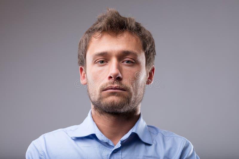 Hombre rubio joven intenso serio imagen de archivo