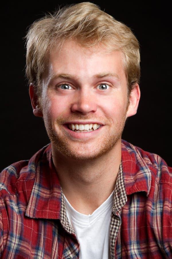 Hombre rubio sonriente foto de archivo