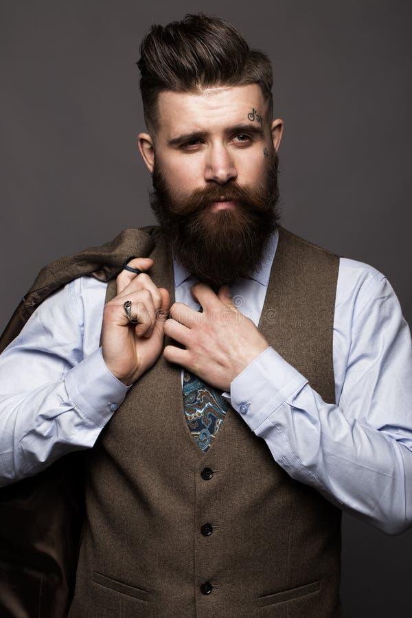 Hombre sólido con la barba y bigote en traje de moda clásico fotografía de archivo libre de regalías