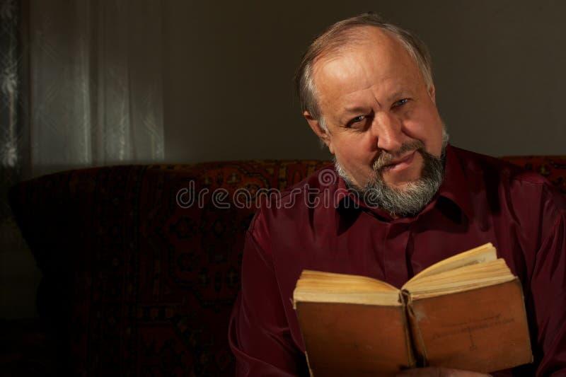 Hombre sabio detrás de la lectura por el libro foto de archivo libre de regalías