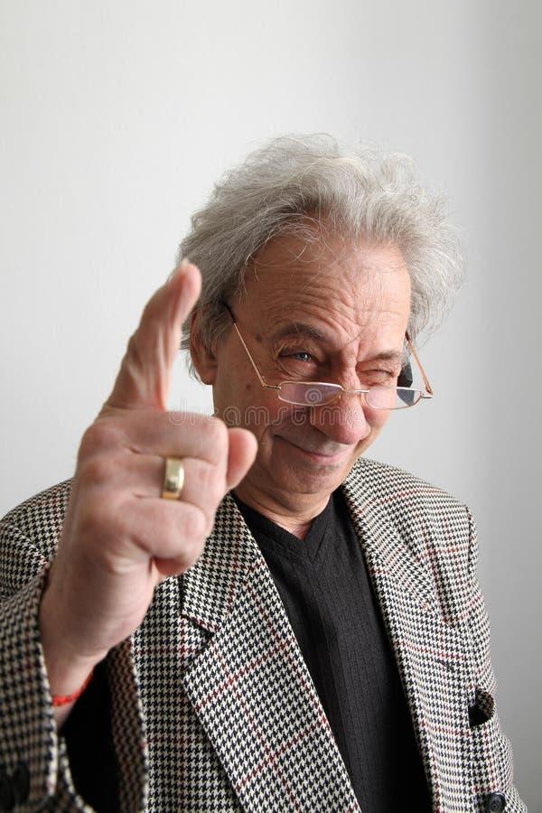Hombre sabio que aumenta un dedo imágenes de archivo libres de regalías