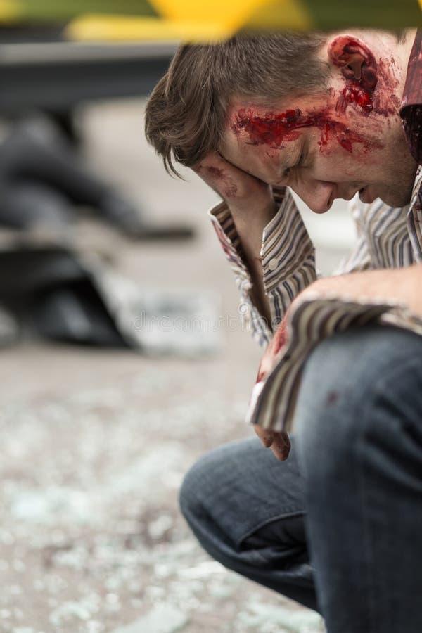 Hombre sangriento después del accidente de carretera fotos de archivo