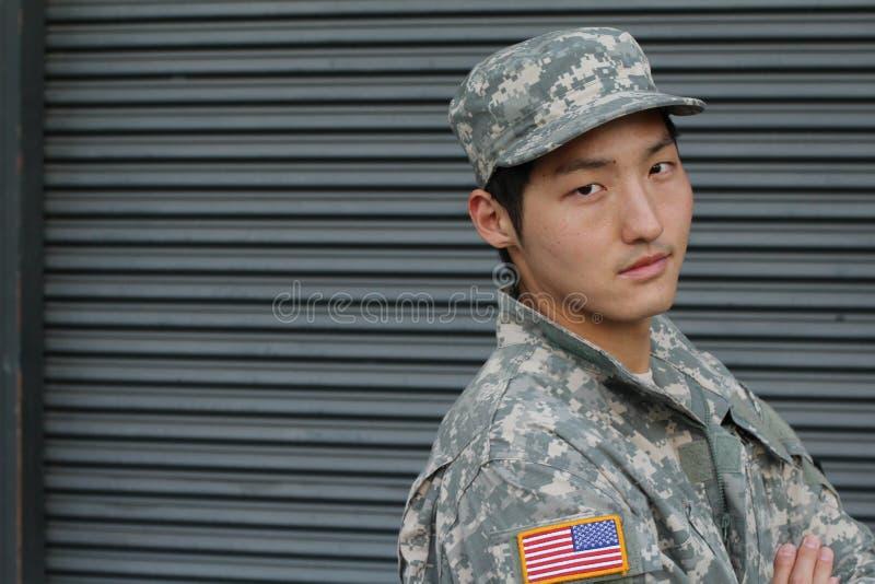 Hombre sano asiático militar sonriente foto de archivo libre de regalías