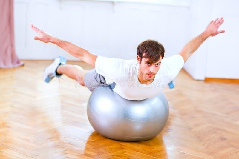 Hombre sano que hace ejercicios en bola de la aptitud foto de archivo libre de regalías