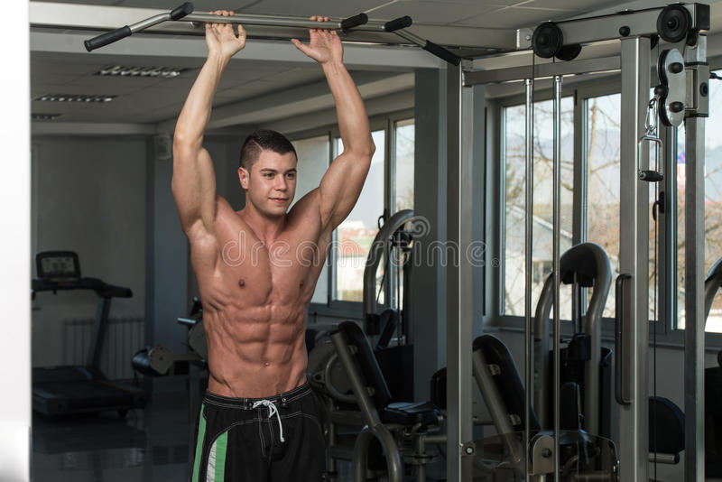 Hombre sano que hace el ejercicio para el ABS imagen de archivo