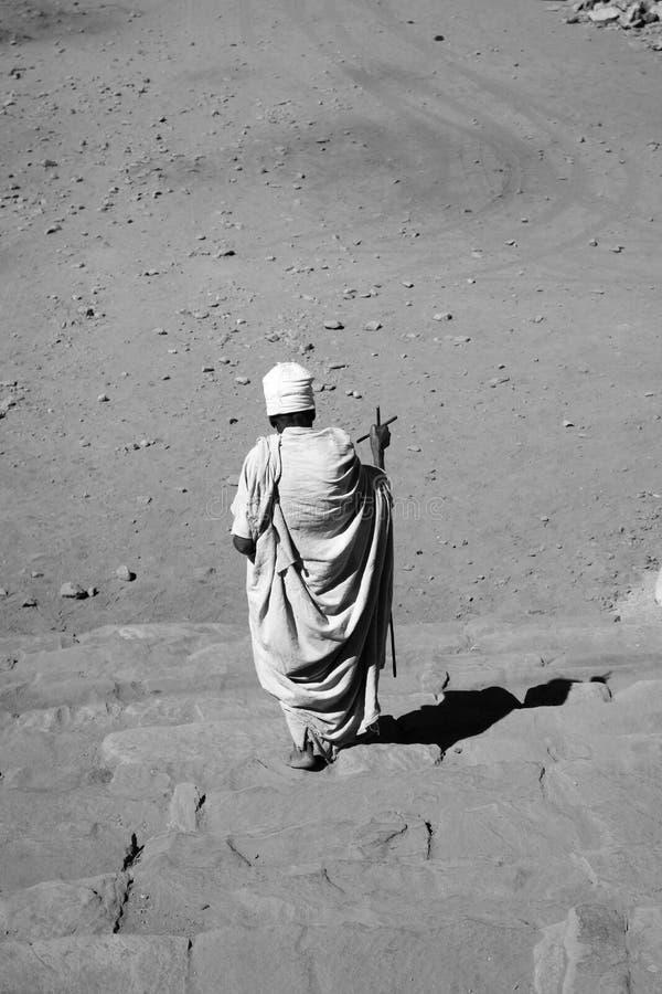 Hombre santo que camina abajo de las escaleras fotos de archivo libres de regalías