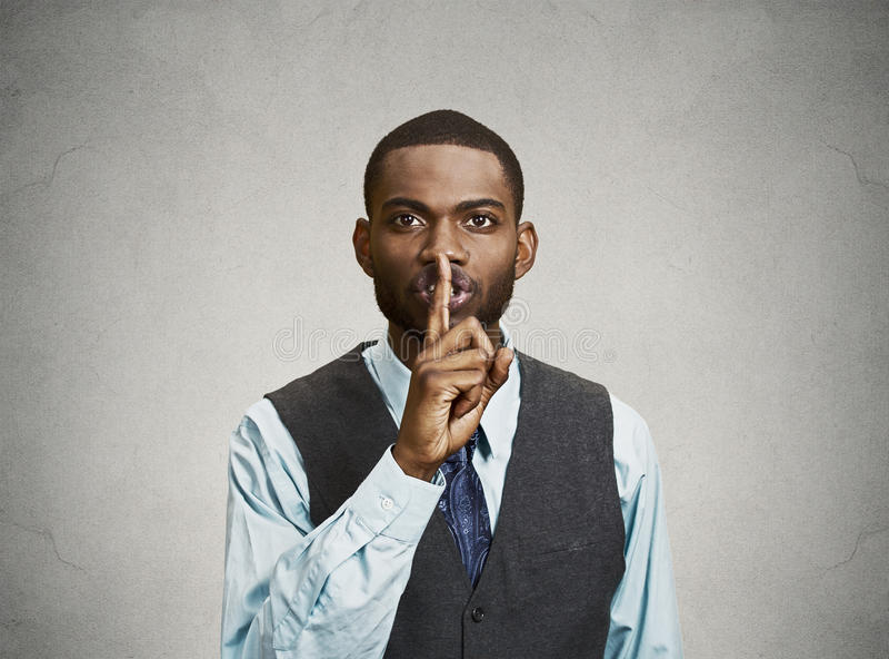 Hombre secreto, finger en gesto de los labios fotografía de archivo libre de regalías