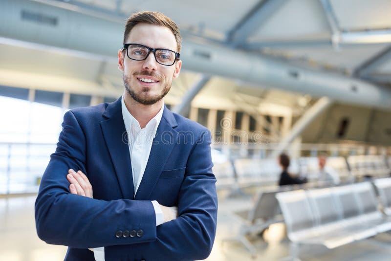 Hombre seguro de sí mismo como encargado en el aeropuerto imagen de archivo