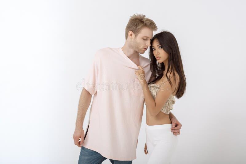Hombre sensual que abraza a la mujer joven hermosa fotos de archivo libres de regalías