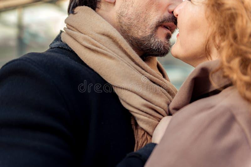 Hombre sensual y mujer que disfrutan del primer beso fotografía de archivo libre de regalías