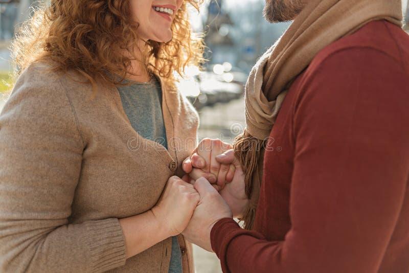 Hombre sensual y mujer que guardan los brazos juntos foto de archivo libre de regalías