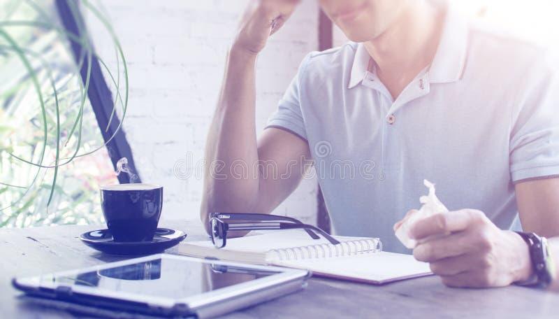 Hombre serio asiático que trabaja con el ordenador portátil y que piensa para el negocio imagen de archivo libre de regalías