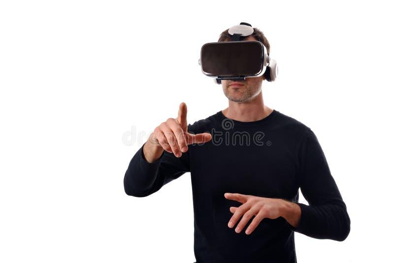 Hombre serio con los vidrios del vr con el finger que señala en frente imagenes de archivo