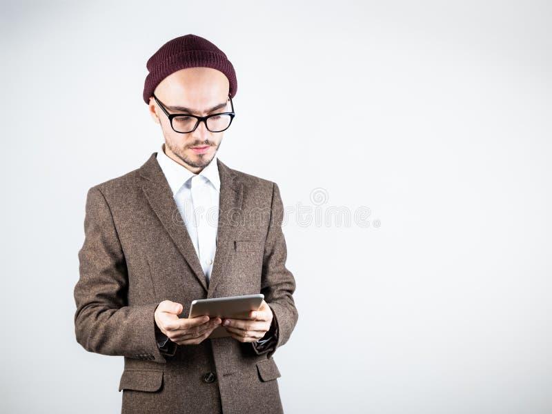 Hombre serio en chaqueta de tweed con una tableta imagen de archivo libre de regalías