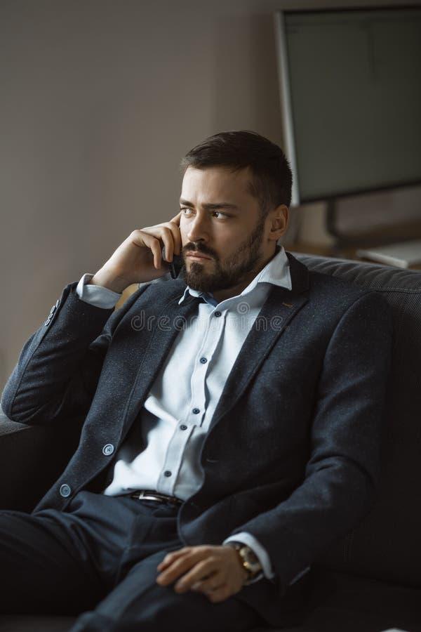 Hombre serio en hablar en Smartphone fotos de archivo libres de regalías
