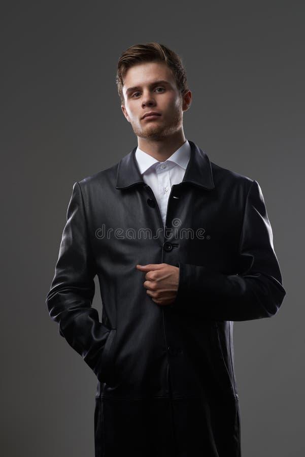 Hombre serio en una capa de cuero foto de archivo libre de regalías