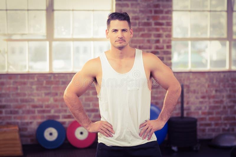 Hombre serio muscular que hace frente a la cámara imágenes de archivo libres de regalías