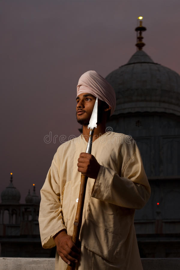 Hombre sikh joven de Paonta Sahib con la lanza fotografía de archivo libre de regalías