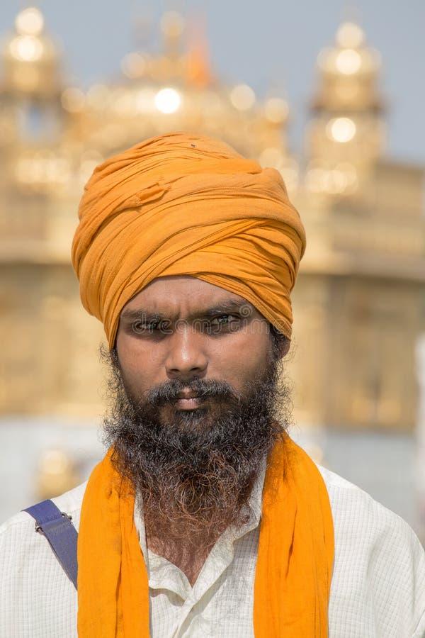 Hombre sikh que visita el templo de oro en Amritsar, Punjab, la India fotografía de archivo