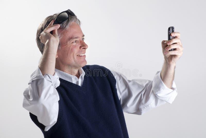 Hombre similing al teléfono celular imágenes de archivo libres de regalías