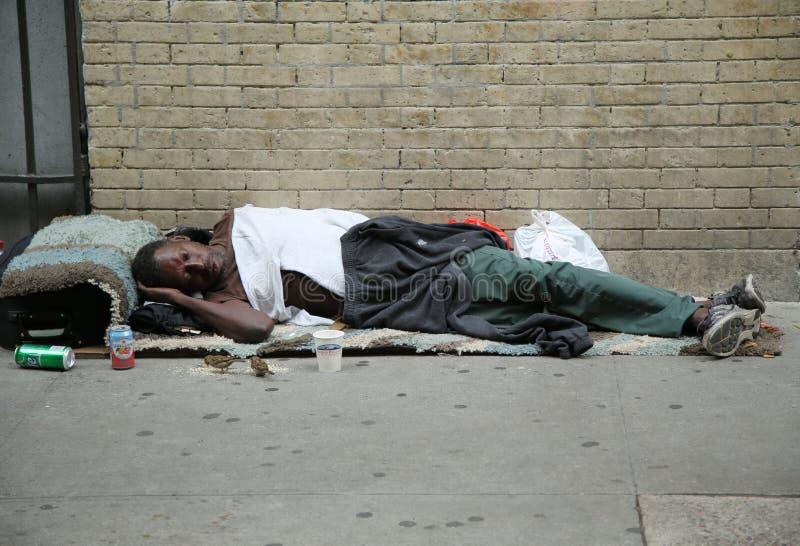 Hombre sin hogar en el Greenwich Village en Lower Manhattan fotos de archivo