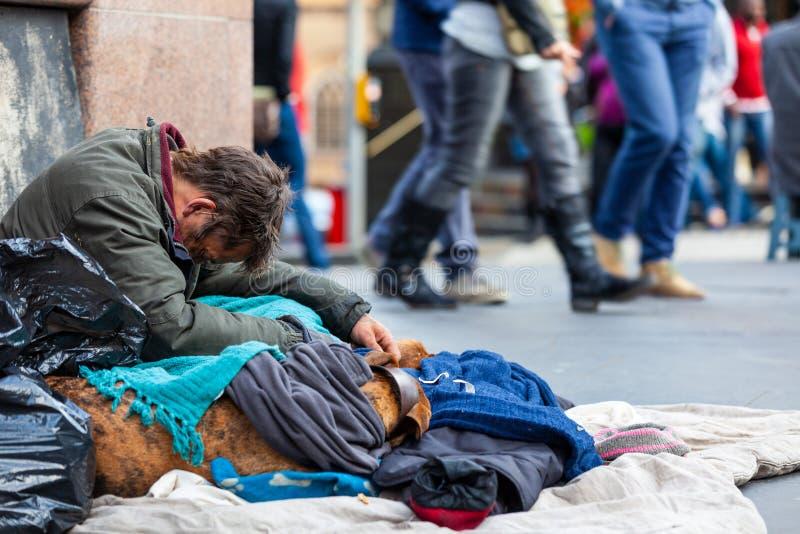 Hombre sin hogar en la ciudad de Edimburgo, Escocia imagen de archivo libre de regalías